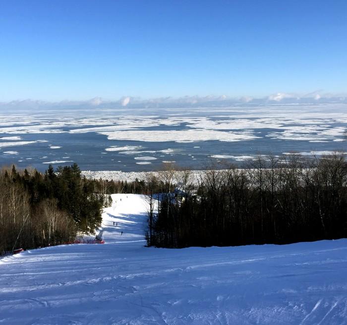 La vue sur le fleuve depuis les pistes de ski.