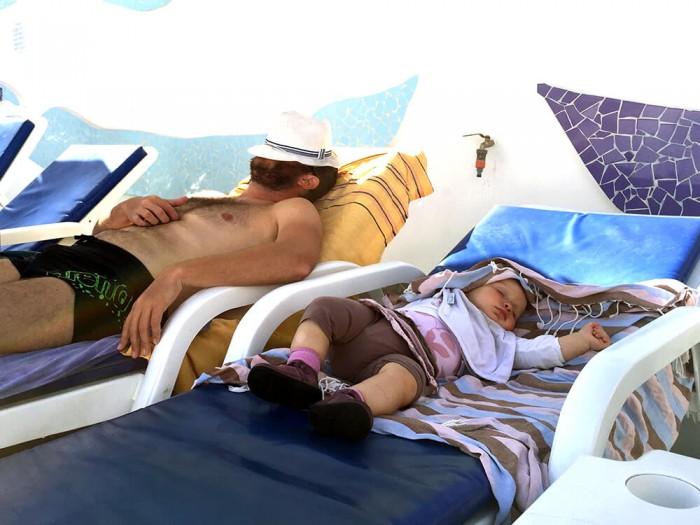 On a profité de Puerto Mogan pour une sieste familiale au bord de la piscine !