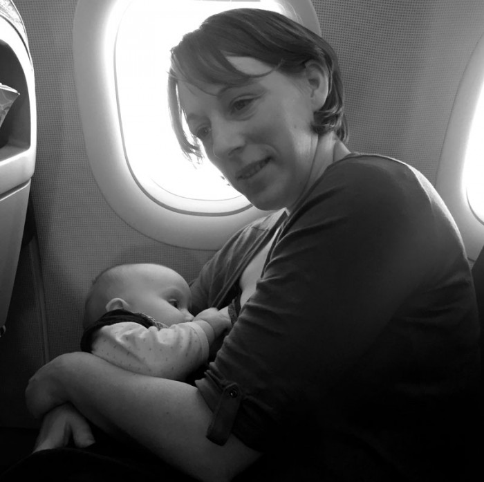 4 heures de vol pour aller au Canaries, ça a été long pour Éléanor. Une petite tété pour un bon dodo !