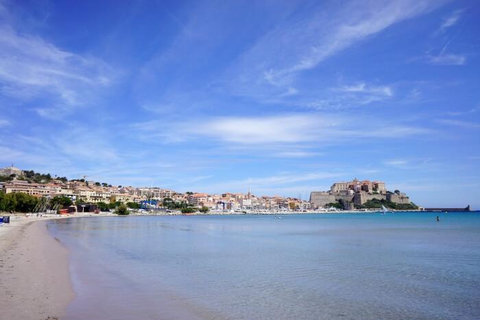 Au loin, Calvi et plus près, sa superbe plage !