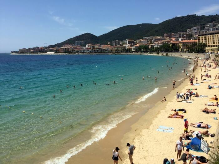 Ajaccio dispose de magnifiques plages accessibles depuis le centre-ville. Sympa !