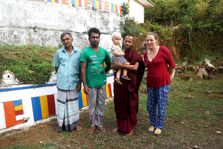 Au temple avec le papa, le professeur d'anglais (avec qui j'ai (Tony) longuement discuté du bouddhisme), un moine (qui ne voulait plus nous rendre Eléanor) et Laetitia.