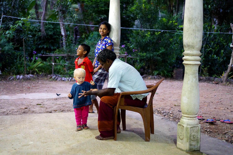 Petits et grands cherchaient en permanence l'attention d'Éléanor.