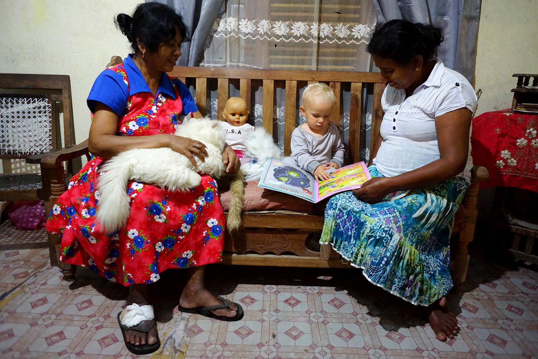 Éléanor et ses 2 tatas srilankaises :)