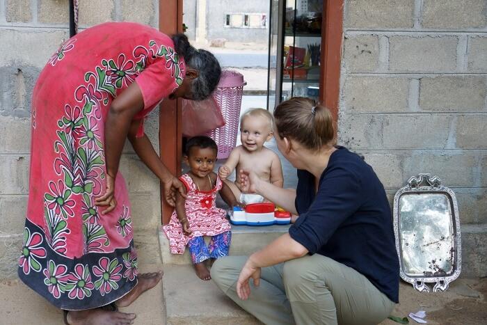 """Dans """"notre"""" famille avec la petite Ridana, 6 mois."""