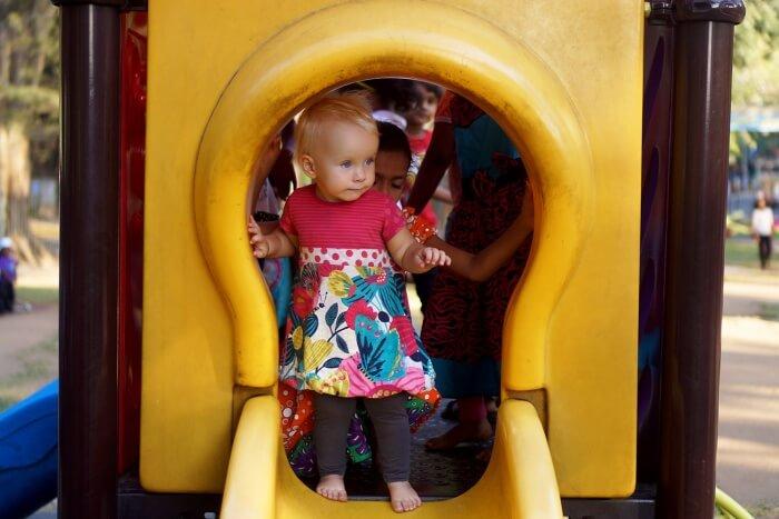 """(Au parc de jeux) """"Pssst Éléanor, il y a des enfants qui attendent derrière toi !"""""""