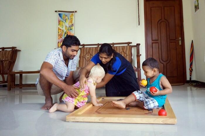 Éléanor joue avec Vinoj, notre hôte, sa femme et son fils.