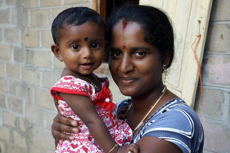 La petite Ridana et sa maman (la fille de Raju)