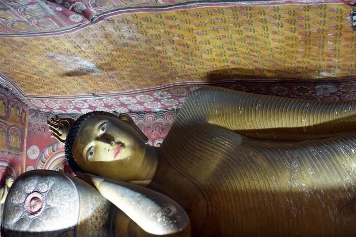 Un superbe Bouddha couché dans une grotte. Les amateurs apprécieront :-)