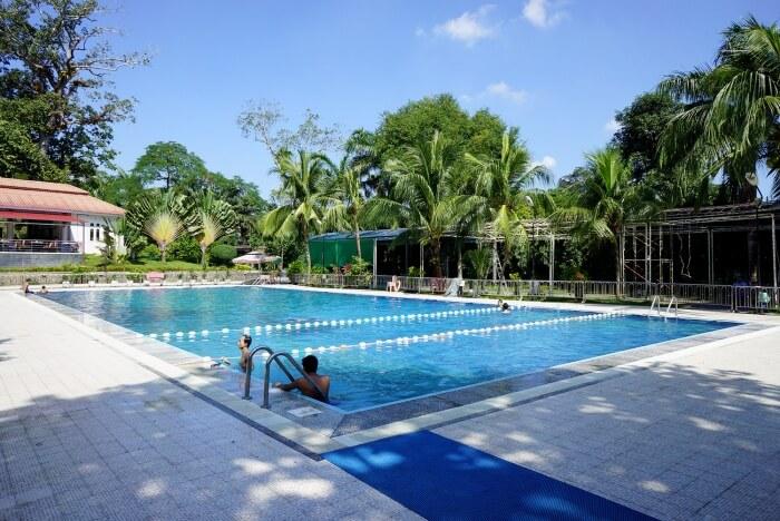 Une très belle et grande piscine en extérieur presque rien que pour nous !