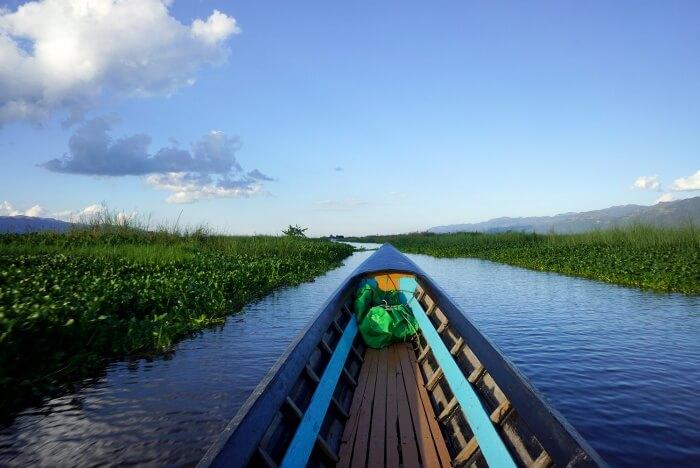 Promenade en bateau au milieu des jardins flottants.