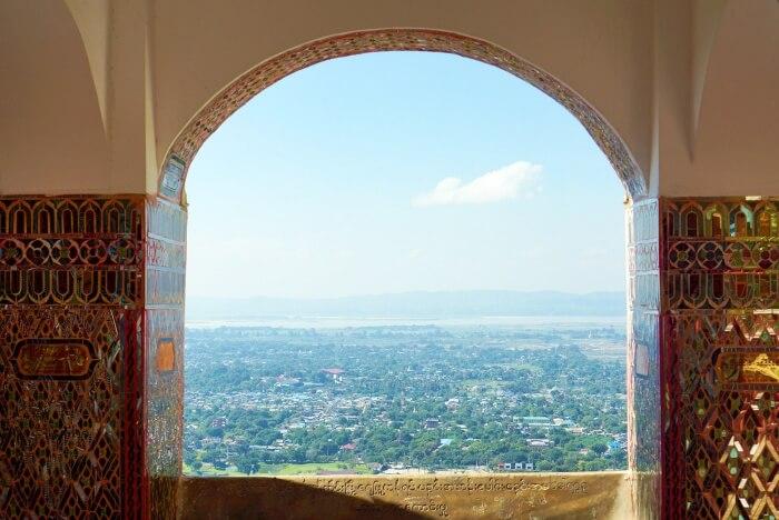 Vue sur Mandalay depuis le temple situé en haut de la Mandalay Hill.