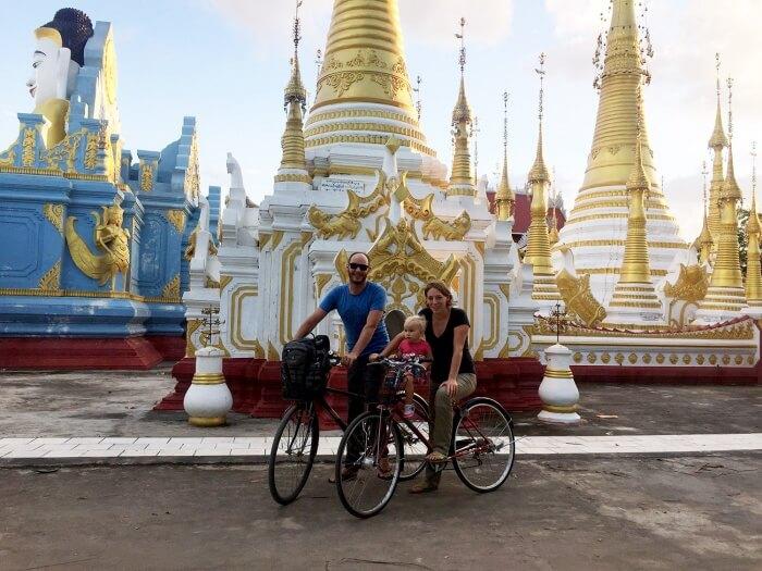Nous posons pour la photo de famille sur nos vélos.