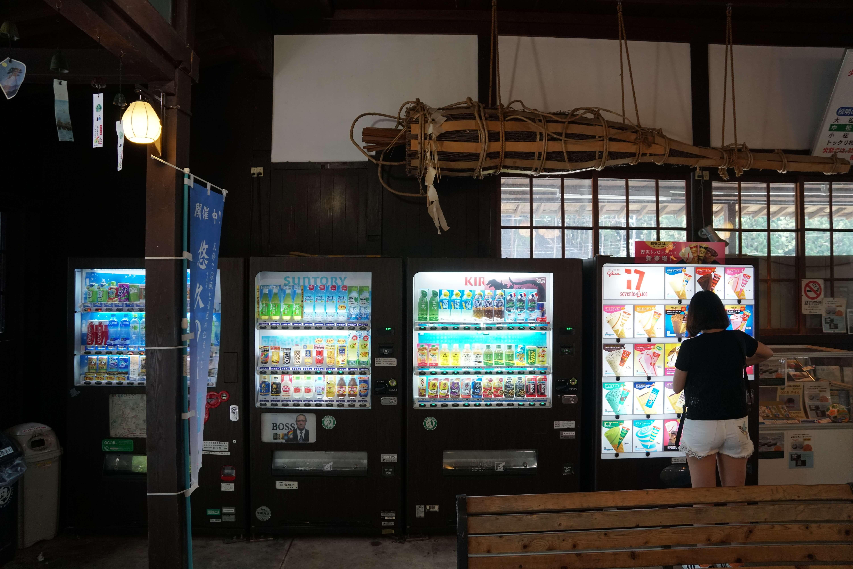 Les distributeurs automatiques. Ils sont partout au Japon.