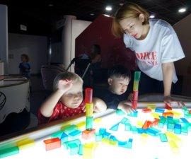Aujourd'hui, dimanche, à Séoul, journée pluvieuse, journée Nous sommes allés au «Children's museum», une…