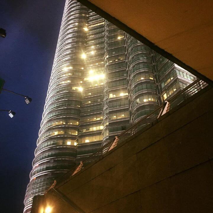 Première vision de Kuala Lumpur en sortant du mé Des tours immenses partout autour…