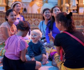 Notre arrivée en Birmanie signifie pour notre petite blondinette aux yeux bleus le retour…