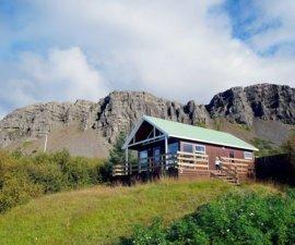 Voici notre petit chalet en Islande (et la vue que nous avons), perdu dans…