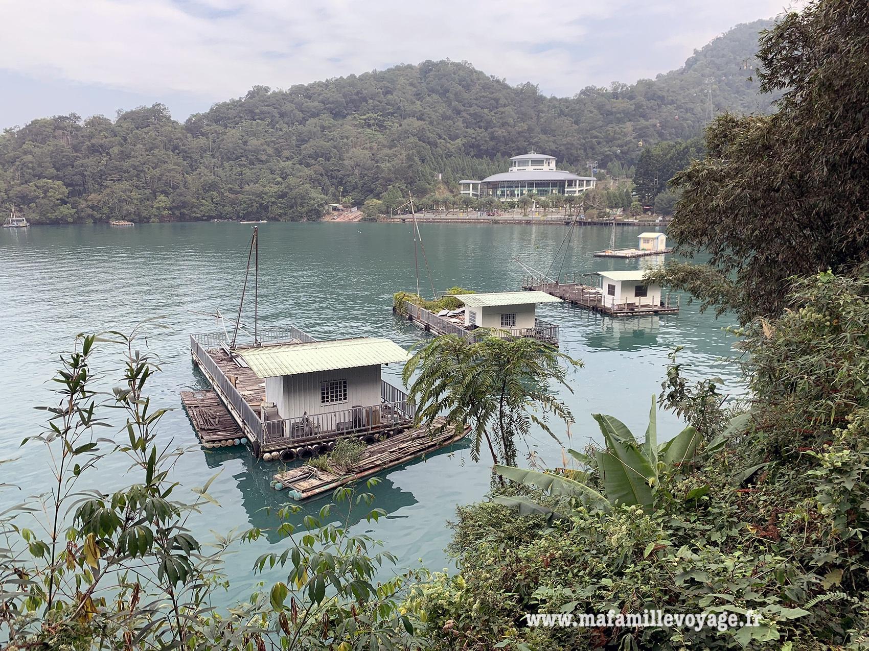 Cabanes de pêcheurs sur le lac