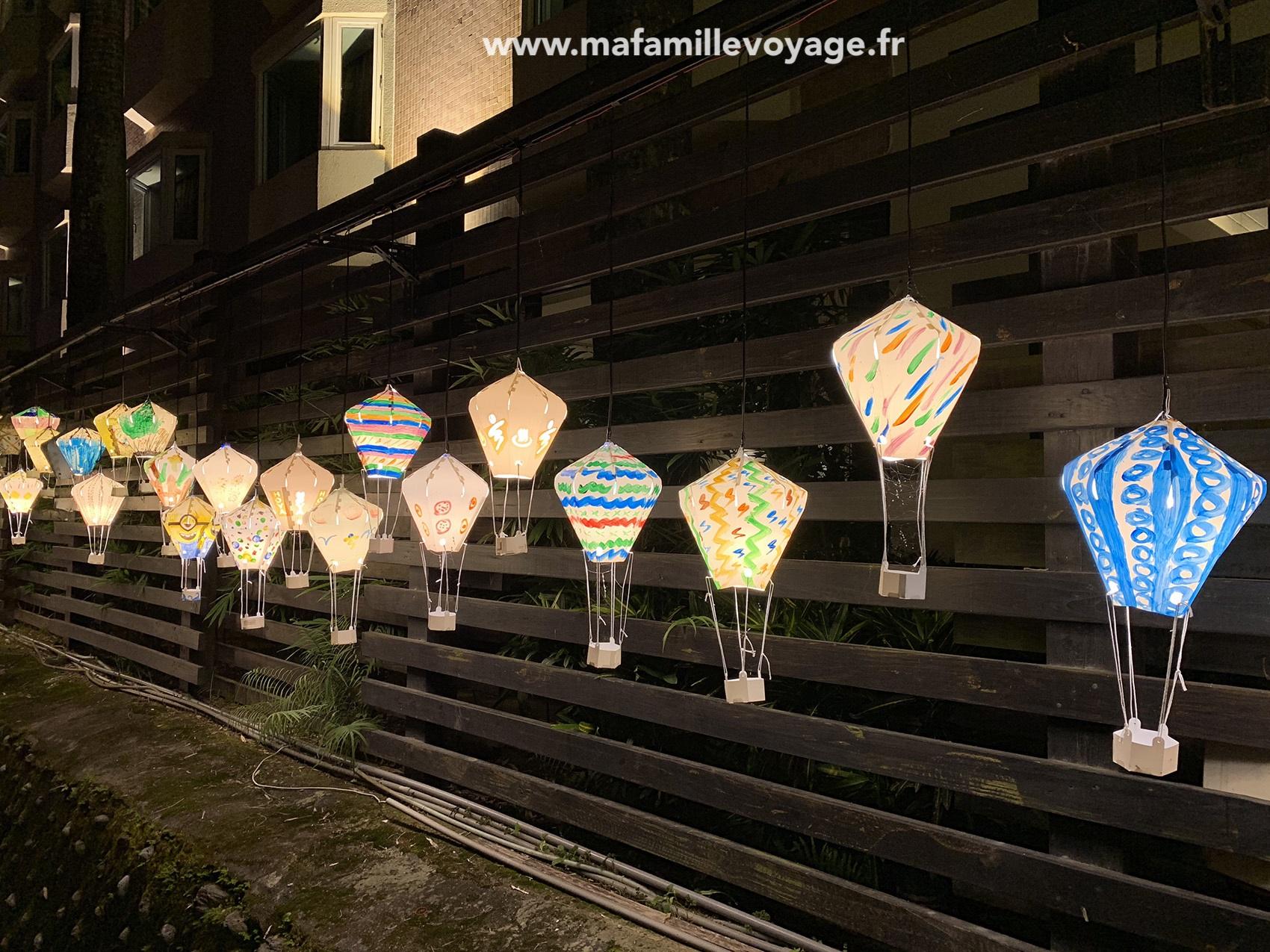 Les jolies lanternes qui décorent l'extérieur de l'hôtel